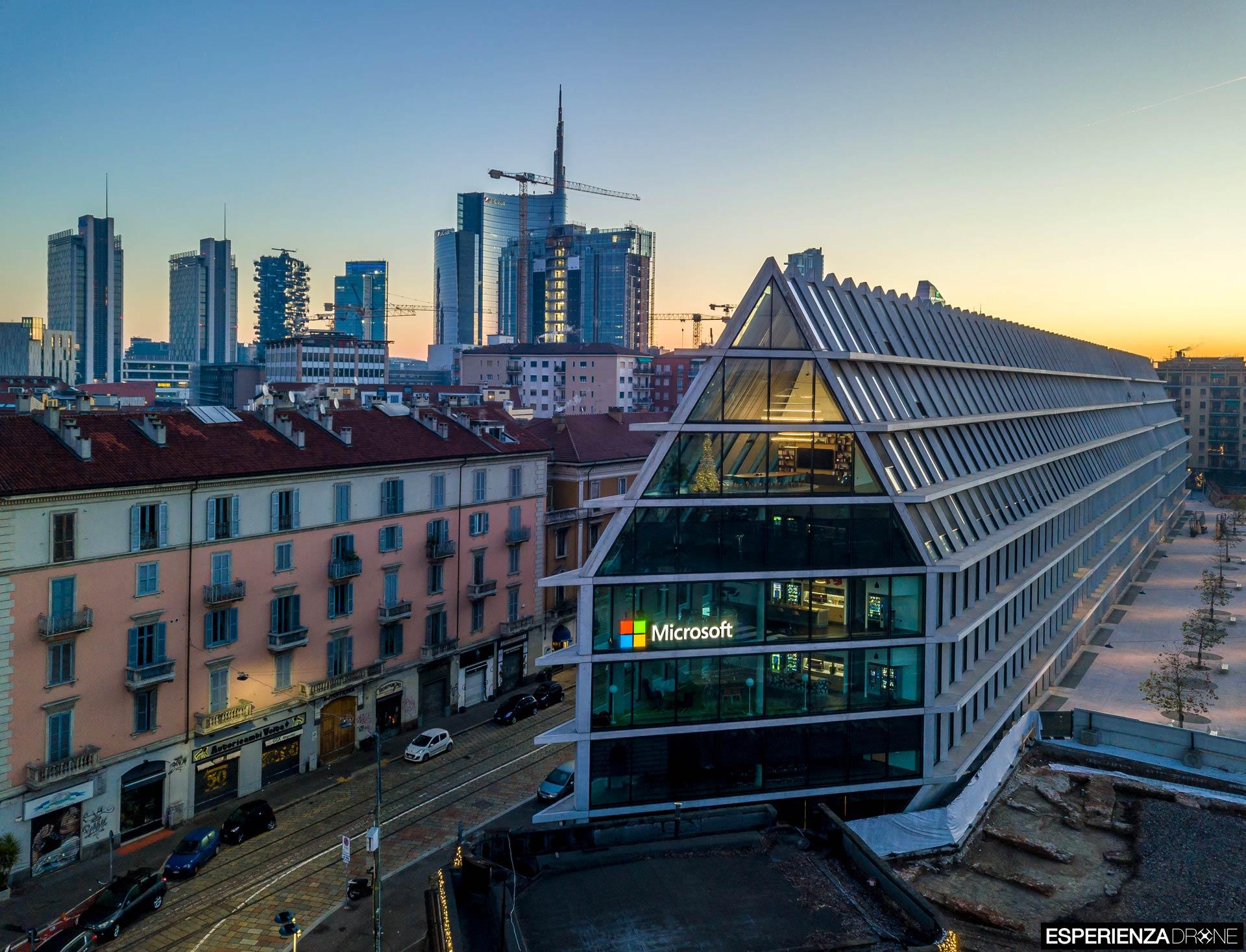 esperienza drone immagine portfolio architettura edificio feltrinelli frontale completa milano 3.jpg