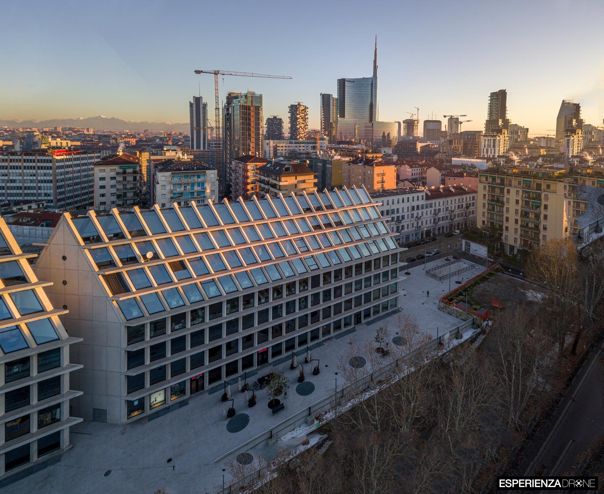 esperienza drone immagine portfolio architettura edificio feltrinelli panoramica laterale milano 2.jpg