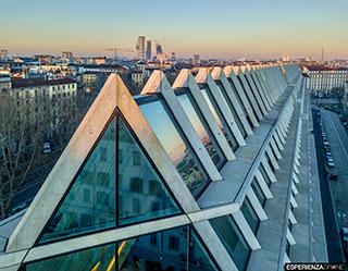 esperienza drone immagine portfolio architettura edificio feltrinelli tetto frontale panoramica milano.jpg