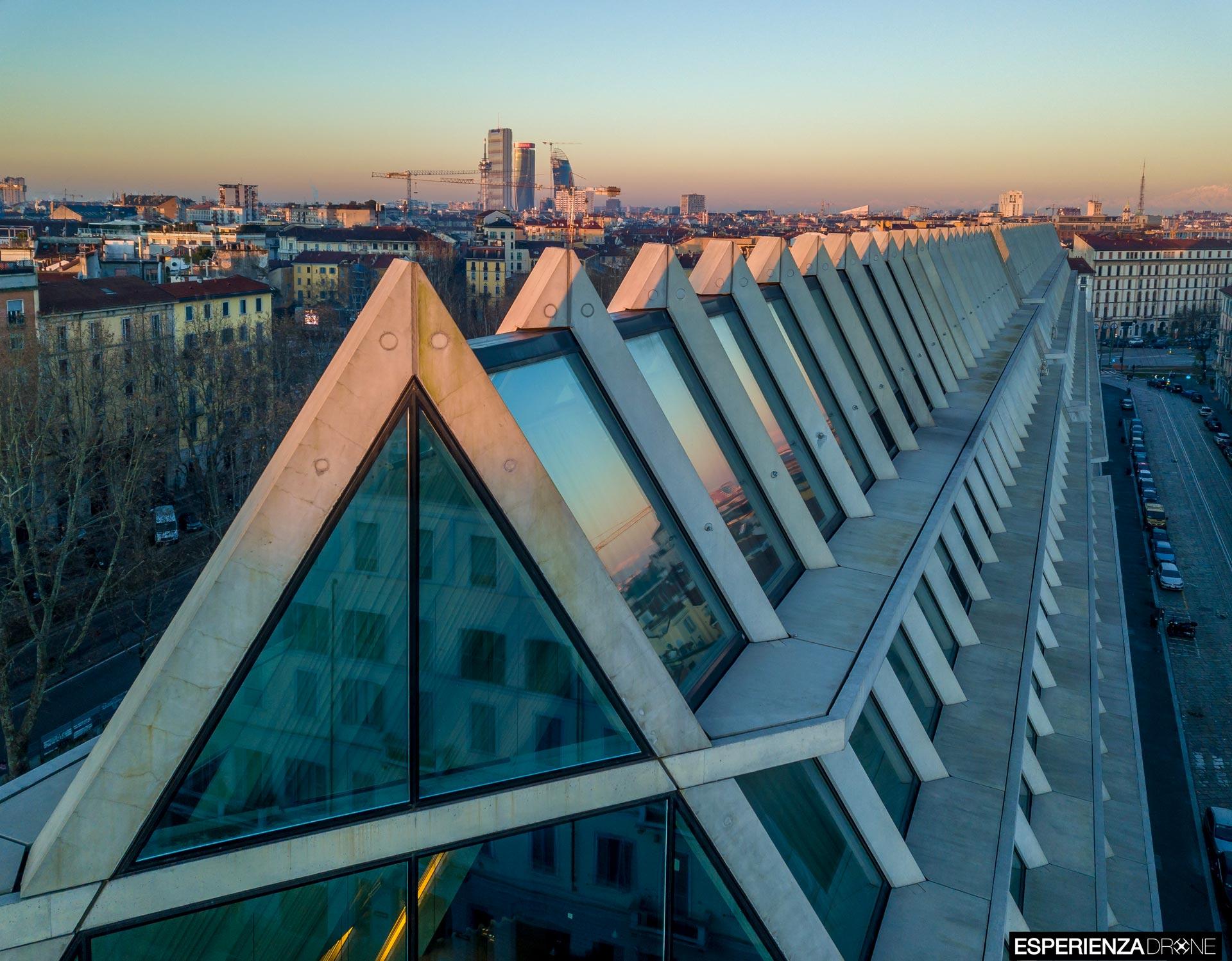 esperienza drone immagine portfolio architettura edificio feltrinelli tetto frontale panoramica milano 2.jpg