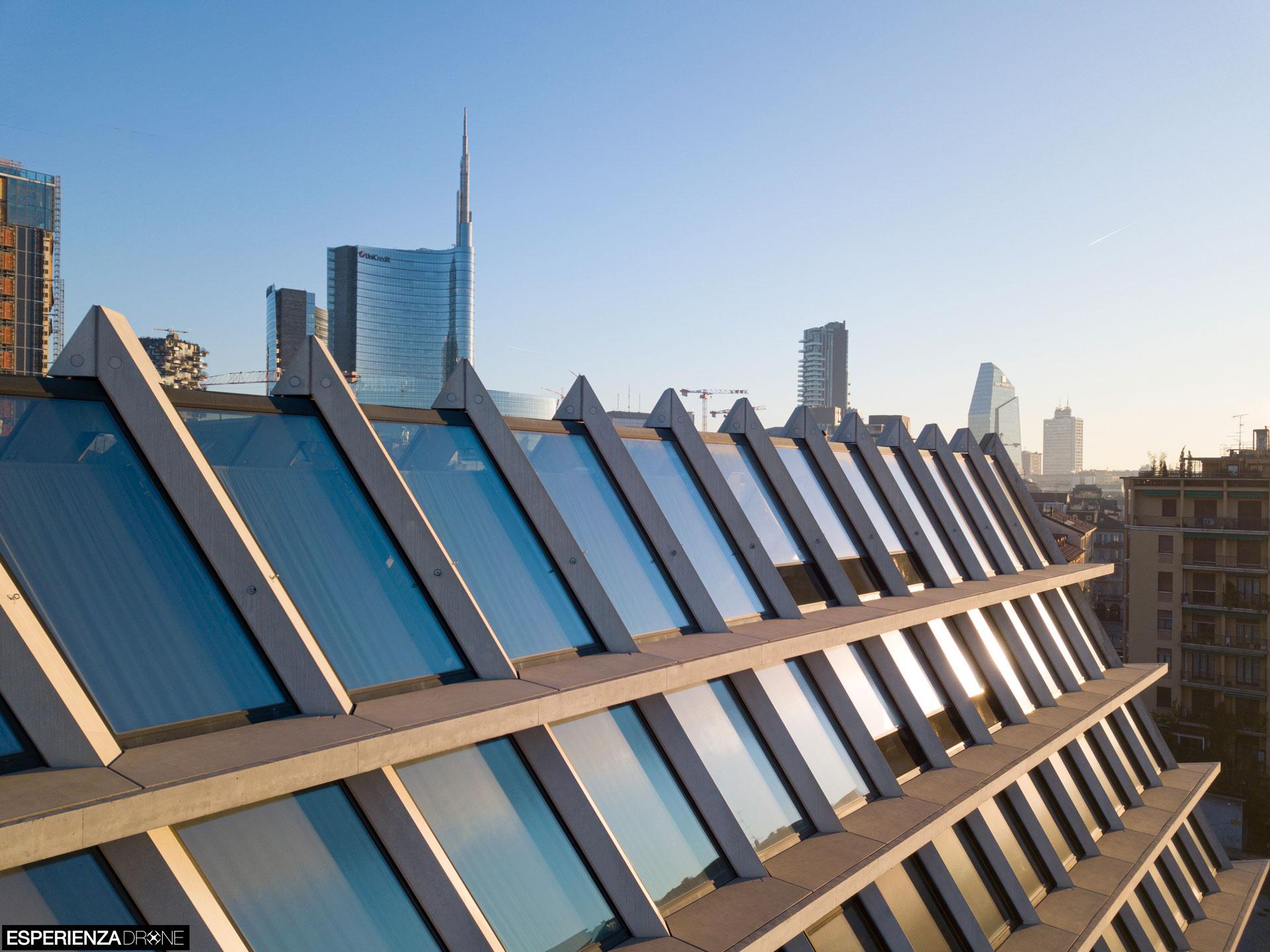 esperienza drone immagine portfolio architettura edificio feltrinelli tetto laterale milano 2.jpg