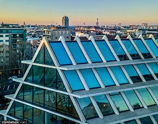 esperienza drone immagine portfolio architettura edificio feltrinelli tetto laterale panoramica milano.jpg