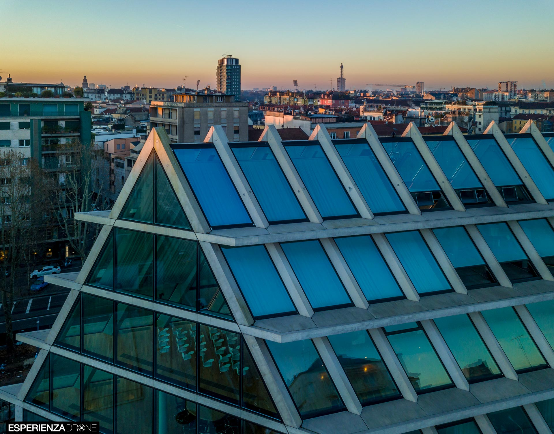 esperienza drone immagine portfolio architettura edificio feltrinelli tetto laterale panoramica milano 2.jpg