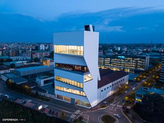 marco de bigontina pilota drone architettura torre prada ora blu frontale 1.jpg