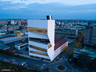 marco de bigontina pilota drone architettura torre prada ora blu frontale due 1.jpg