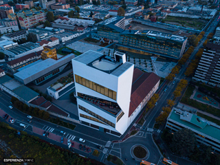 marco de bigontina pilota drone architettura torre prada ora blu topdown.jpg