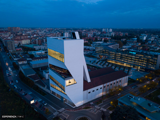 marco de bigontina pilota drone architettura torre prada ora_blu angolo 2.jpg
