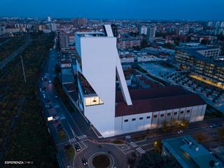 marco de bigontina pilota drone architettura torre prada tramonto laterale 1.jpg