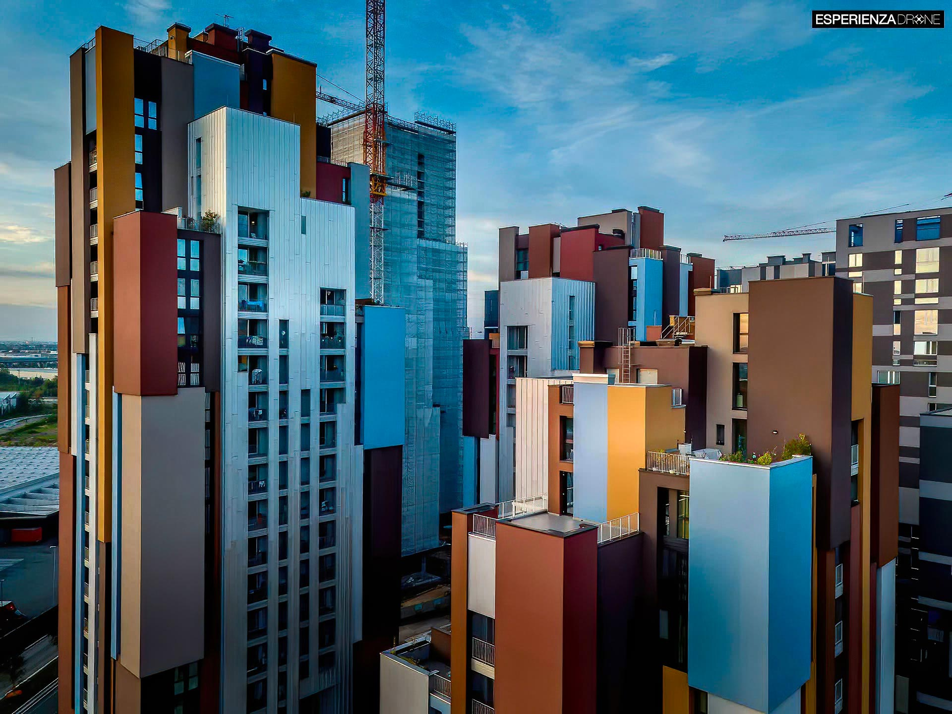 esperienza drone immagine aerea portfolio architettura laterale tramonto cascina merlata milano.jpg