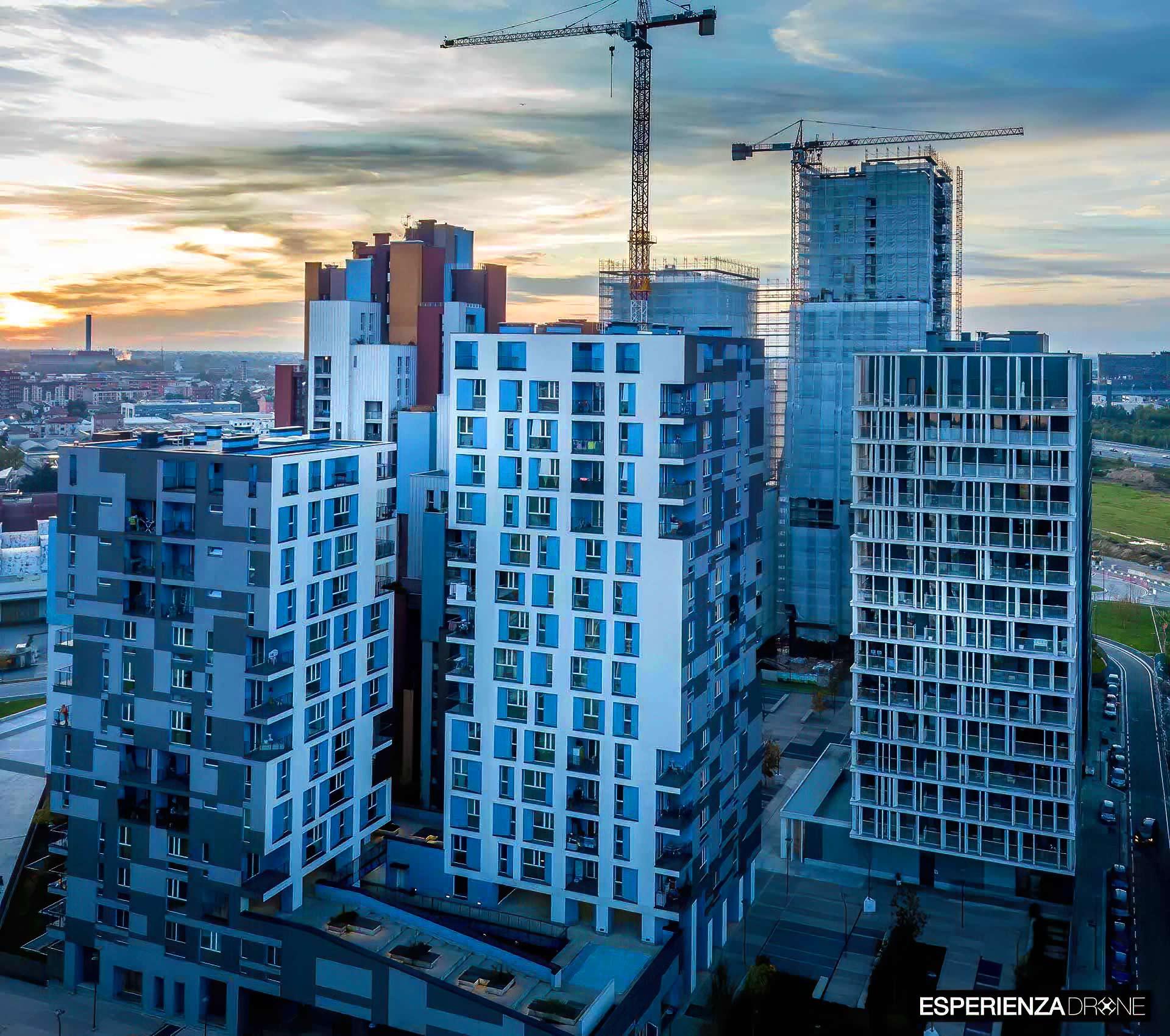 esperienza drone immagine aerea portfolio architettura laterale tramonto luci artificiali cascina merlata milano.jpg